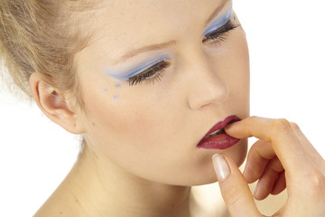 Frau trägt extreme MakeUp - Kosmetik