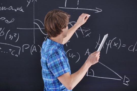 Matematyka, fizyka, chemia- uczeń przy tablicy