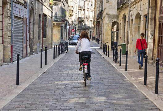 Piéton et cycliste en ville