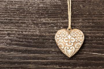 Keramik Herz auf Holzwand