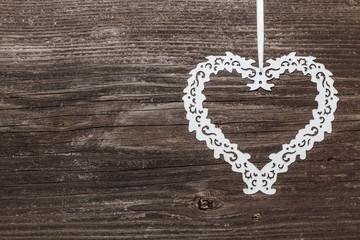 Metall Herz auf Holzwand
