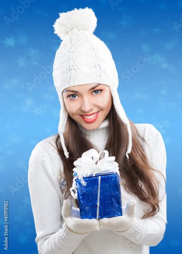 photo of girls on snow with hats № 18331