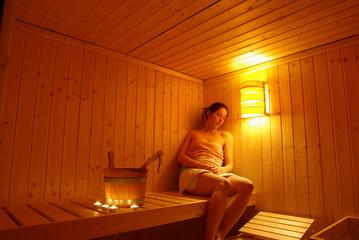 Fototapeta Frau entspannt in der Sauna