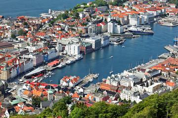Blick auf Bergen mit Hafen