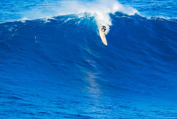 Fototapete - Surfer riding giant wave