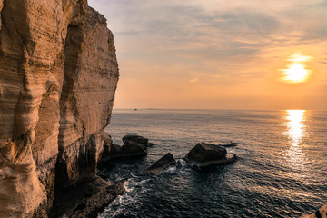 Sonnenuntergang mit Felsen und Meer