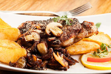 Pork chop with mushrooms and chips