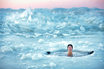 Foto auf Acrylglas Wintersport Winter swimming. Man in an ice-hole