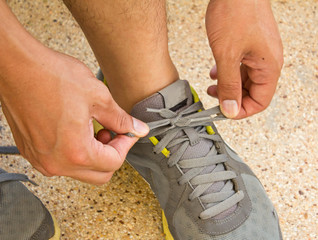 guy tying laces before training