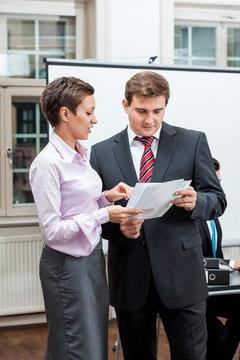 geschäftsleute bei einem meeting im büro business