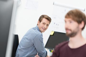 lächelnder geschäftsmann am arbeitsplatz