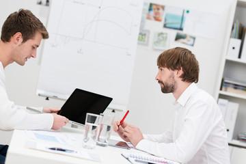 zwei geschäftsleute in einer besprechung