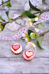 zwei Pralinen mit Herzmotiv