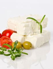 käse vom schaf mit oliven  in selektiver schärfe fotografiert
