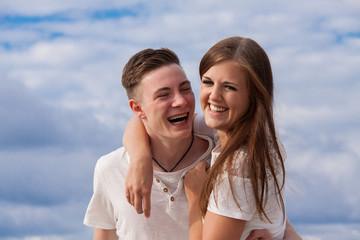 lachendes verliebtes junges paar glücklich am strand