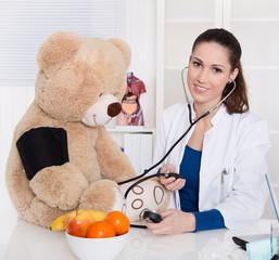 Besuch beim Arzt: Kinderärztin mit Teddybär