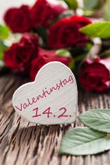 weißes Herz mit Aufschrift zum Valentinstag