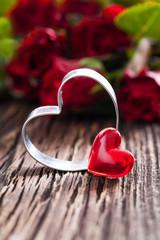 zwei Herzen und Rosen auf Holz