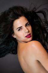 junge attraktive frau mit roten lippen und dunklen lockigen haar
