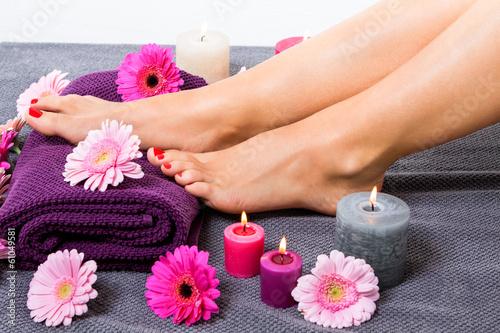 sch ne gepflegte weibliche f e mit rotem nagellack stockfotos und lizenzfreie bilder auf. Black Bedroom Furniture Sets. Home Design Ideas