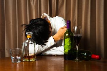 アルコール中毒で悩む男性