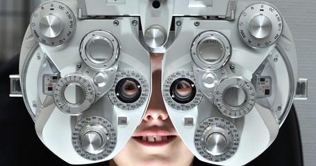 Phoropter beim Augenoptiker Refraktionsgerät