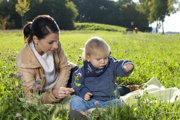 Glückliche Mutter mit ihrem kleinen Sohn in der Natur