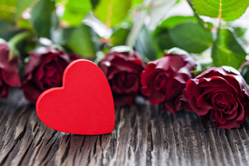 Rotes Herz und Rosen auf Holz