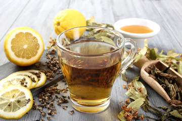the' composizione con foglie secche limone e miele