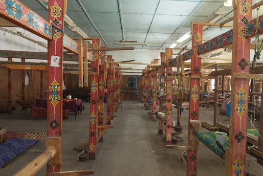 Métiers à tisser dans fabrique de foulards, Vallée du Fergana,