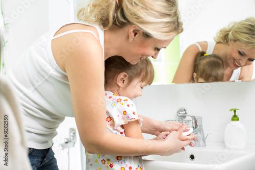 мама моет маленькую дочку