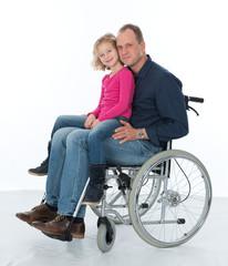 Rollstuhlfahrer mit Tochter