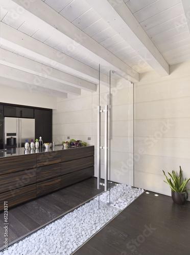 cucina moderna in mansarda con porta di vetro\