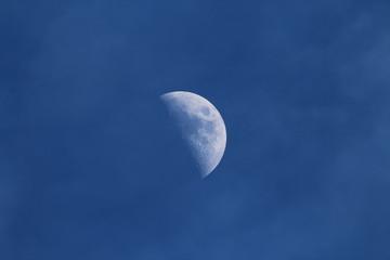 Halbmond (zunehmend) am blauen Himmel