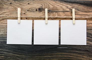 3 Zettel vor Holzhintergrund