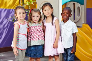 Glückliche Kinder lächeln im Kindergarten