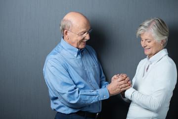 älteres ehepaar hält sich an den händen