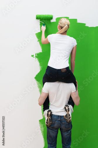 Frau trägt mann auf schulter