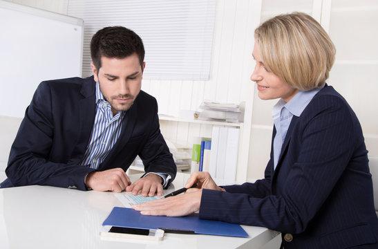 Geschäftsleute - Business Gespräch Kunde und Berater
