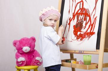 Девочка художник рисует на мольберте мишку