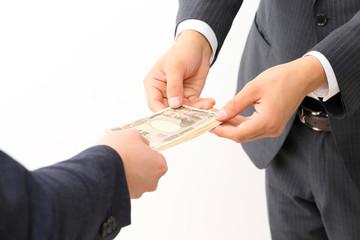 お金を渡す男性