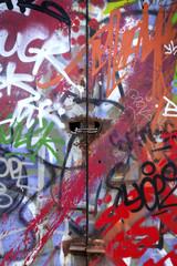 Graffitis et tags sur une porte en métal