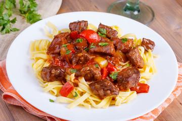 Fleisch und Gemüse auf Bandnudelnn