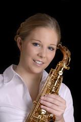 Hübsche blonde Frau mit Saxophon lächelt