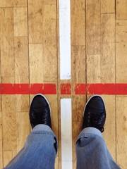 Füße stehen an roter Linie