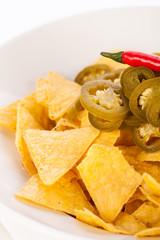 Schale mit nachos Tortillas mit pepperoni und frischer Tomaten S