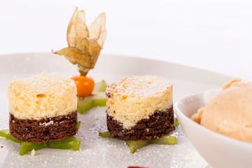 Brownie schokoladenbrownie mit Eiscreme und Pflaumen angerichtet