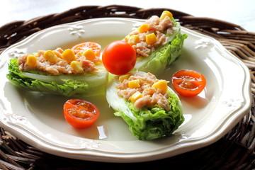 Ensalada de cogollos con atún, maíz y tomatitos