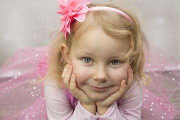 Fototapeta Mała baletnica z twarzą podpartą na dłoniach obraz