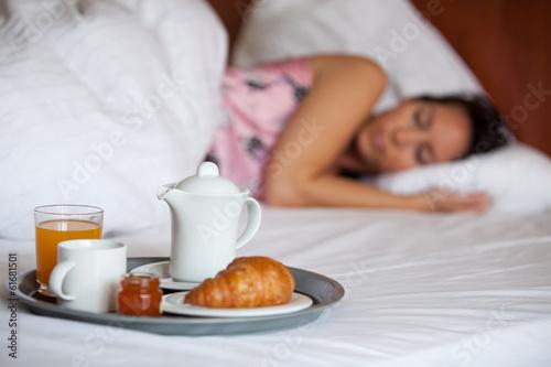 schlafende frau und fr hst ck am bett stockfotos und lizenzfreie bilder auf bild. Black Bedroom Furniture Sets. Home Design Ideas